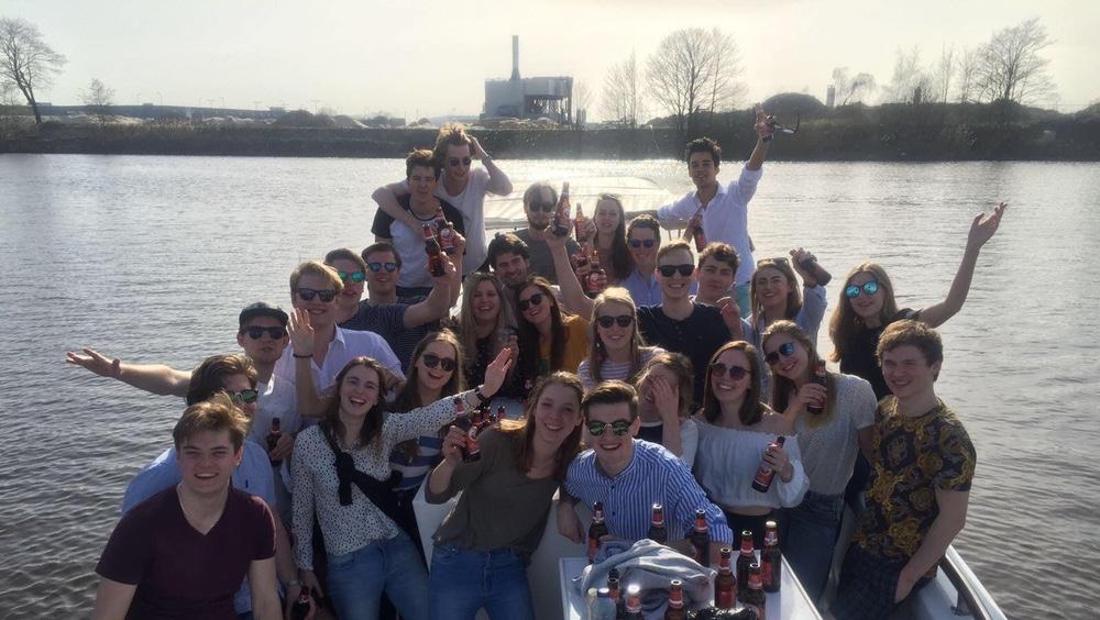 Bedrijfsuitje Den Bosch met collega's op het water